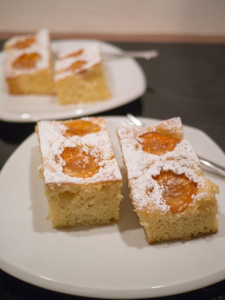 Marillenkuchen mit Staubzucker