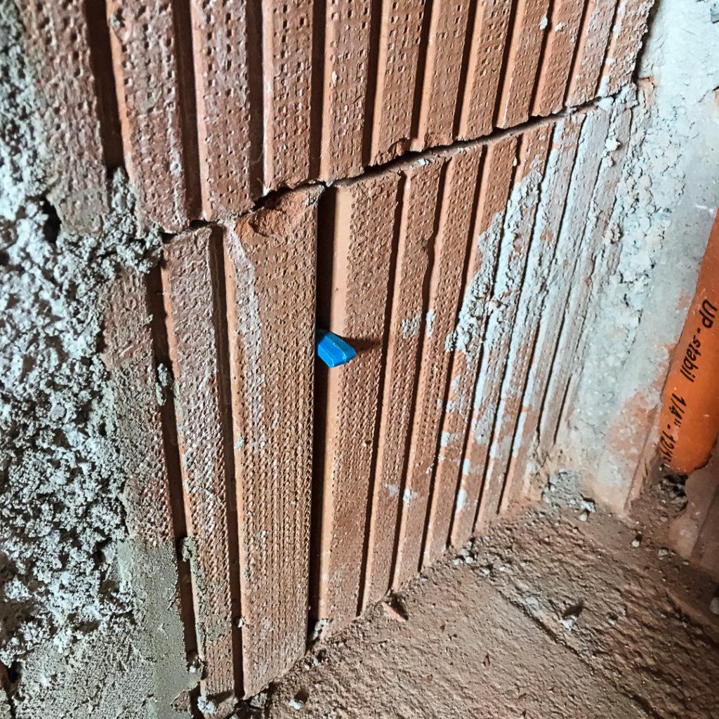 Markieren der Profilunterkante mit Fliesenkeil