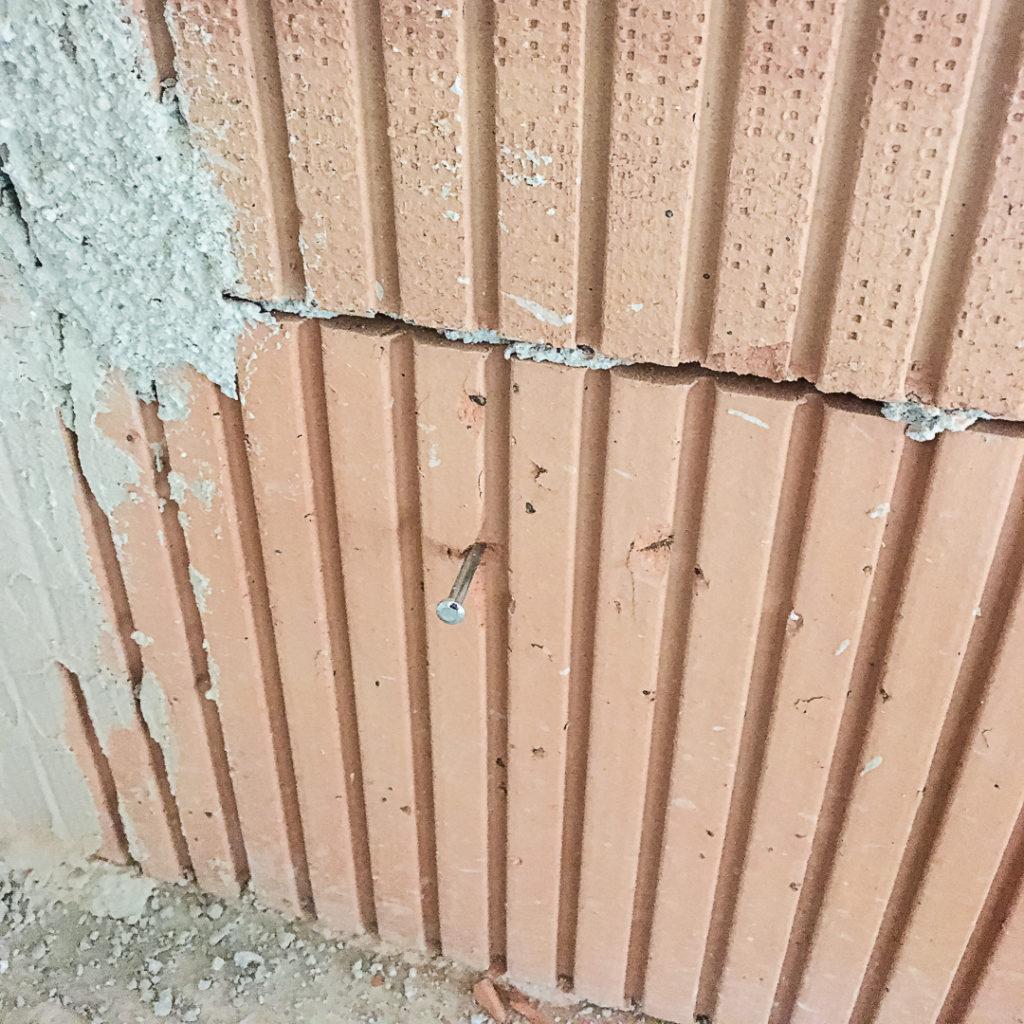 Markieren der Profilunterkante mit Stahlnagel